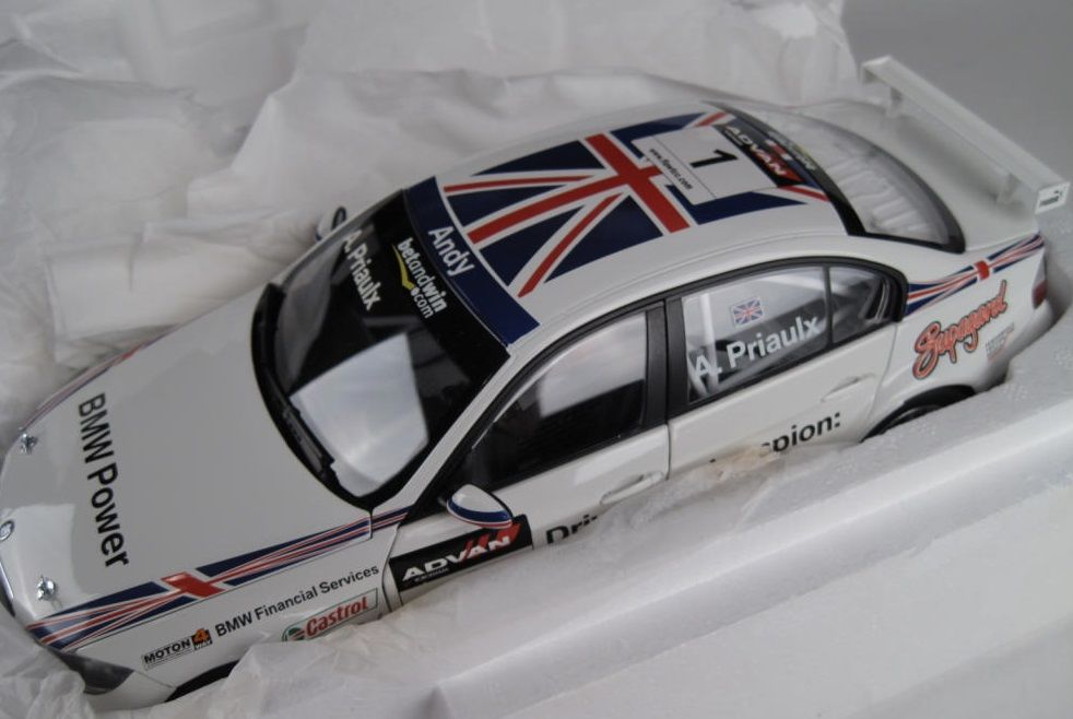 Miniatura KYOSHO BMW 320Si E90 #13 Priaulx WTCC Champion 2006 1:18