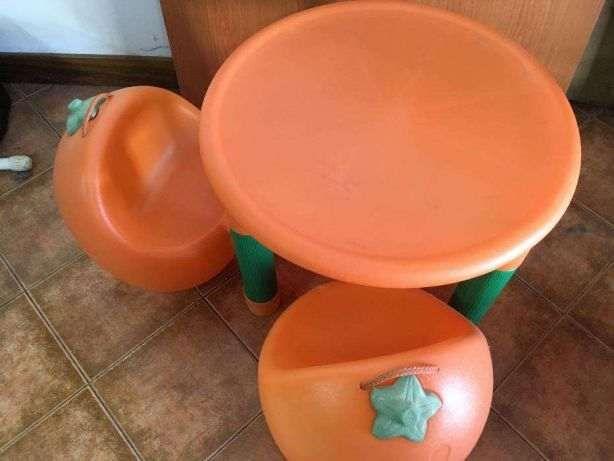 Mesa + 2 cadeiras laranjinhas da Chicco