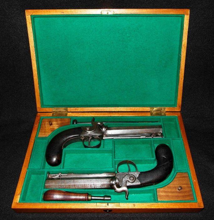 e7c604b71f1 Par de pistolas de percussão séc. XIX em estojo. Londres. Aço damasco -