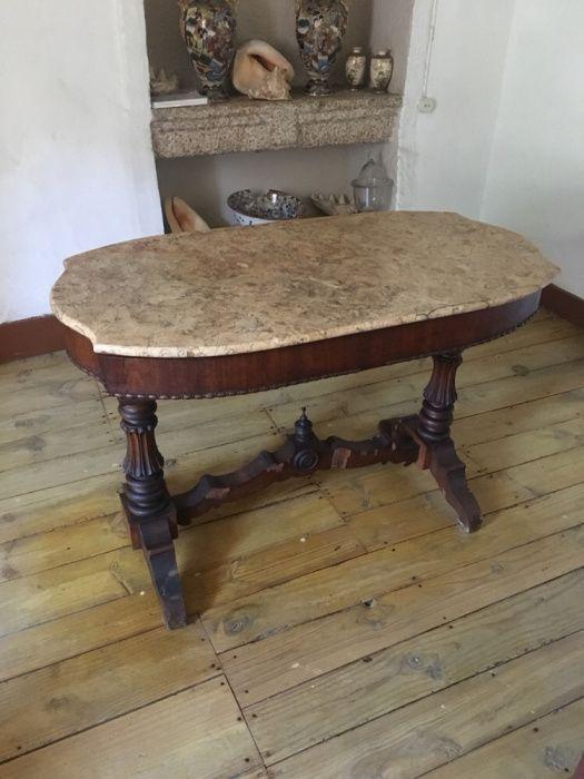 Mesa com tampo em mármore