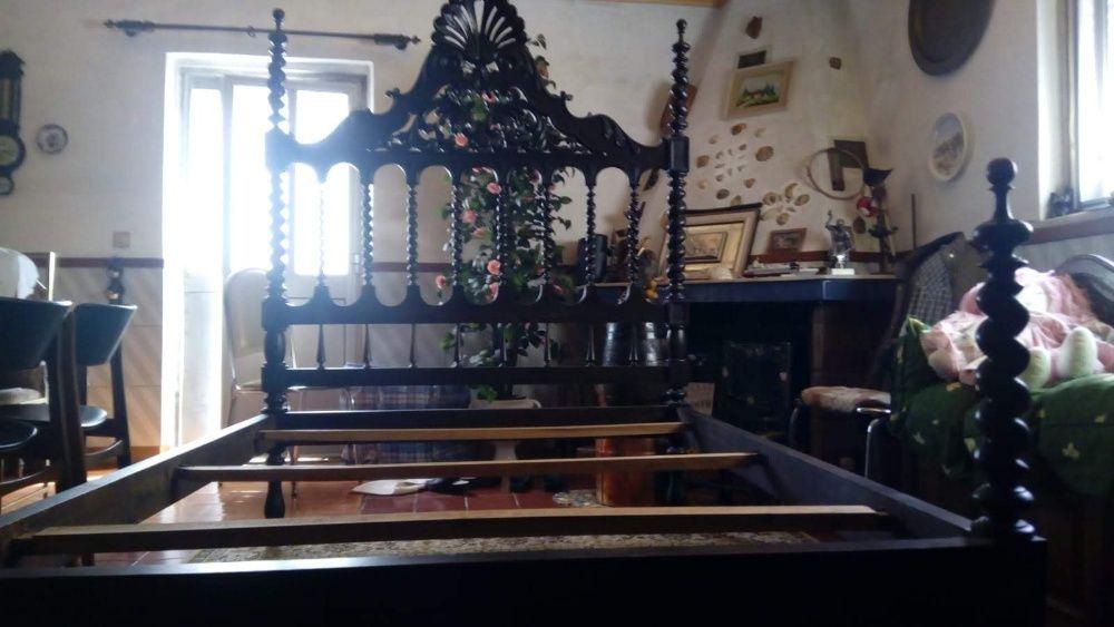 Cama de Casal Antiga Ornamentada
