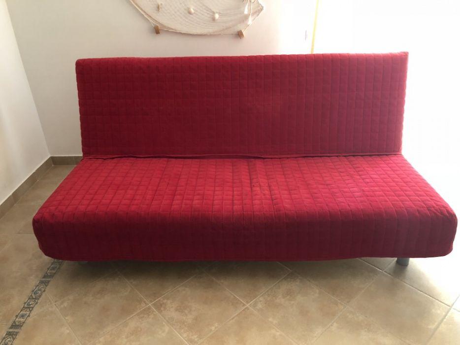 sofá ikea beddinge lovas com capa em vermelho