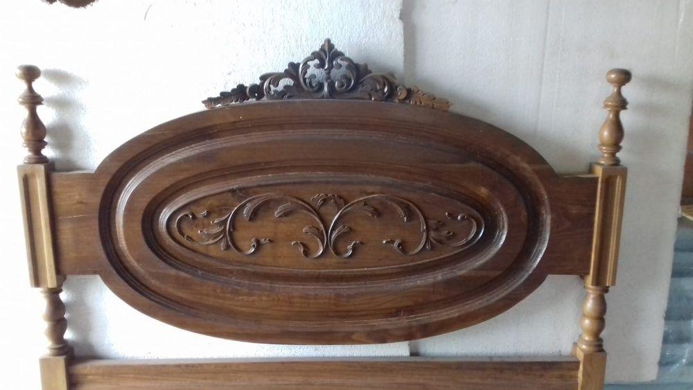 cama de casal e mesinhas em madeira - estilo antigo