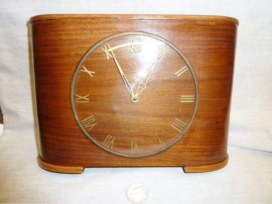 Antigos Salões Franceses. Relógio com moedeiro.
