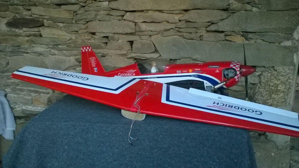 Avião Graupner Extra 300S