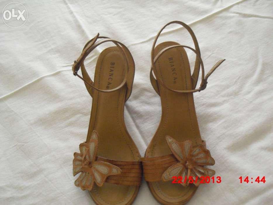 Sandálias Azuis Com Tiras Tornozelo Colocadas Uma Parede