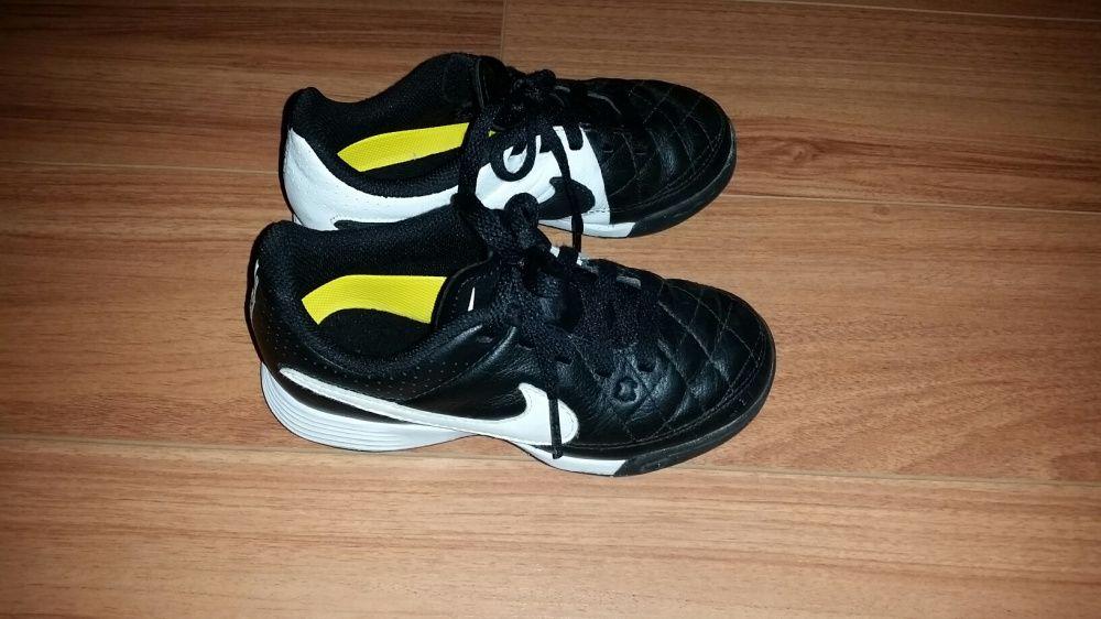 Ténis de futebol 27.5 da Nike (equivale a 26)