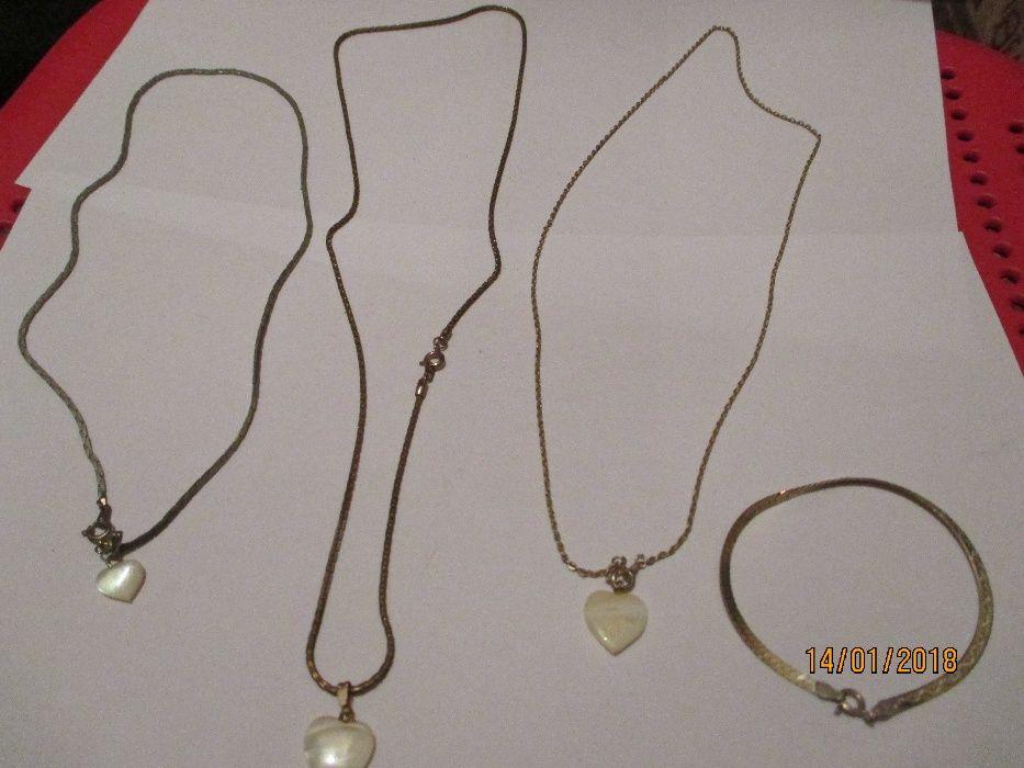 c6057fb6661 3 bonitos fios com medalha pendente e uma pulseira