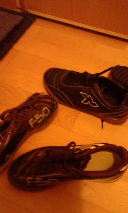 2 pares de sapatilhas de futsal usadas