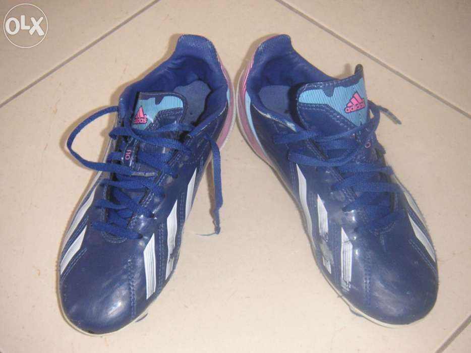 3a1e3663ba5b7 Chuteiras adidas f10 - Vila Chã - Chuteiras adidas f10 azuis e brancas.  Chuteiras com