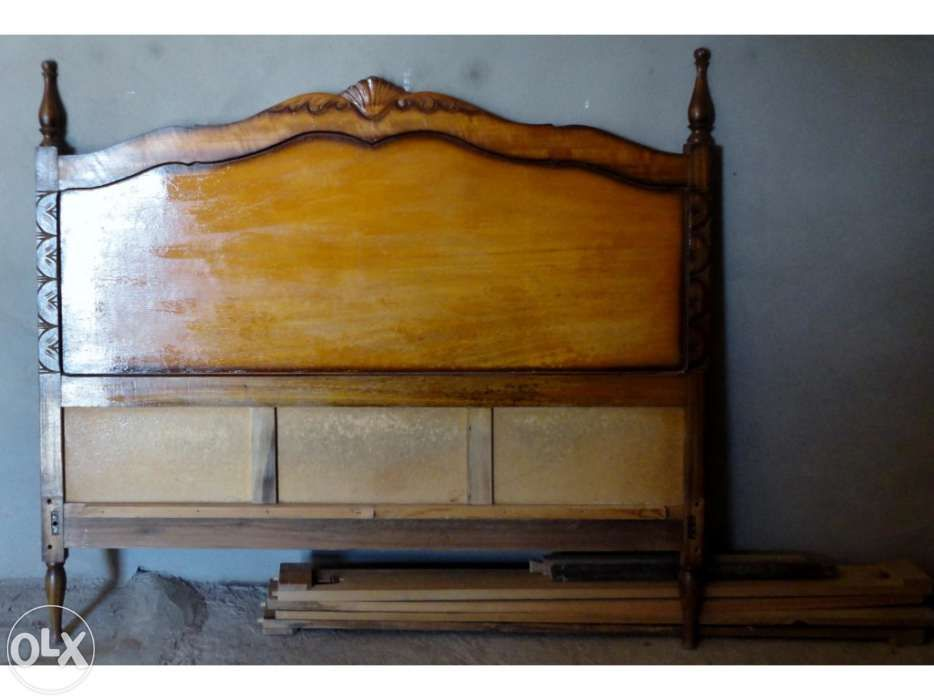 Cama de casal antiga em madeira de eucalipto