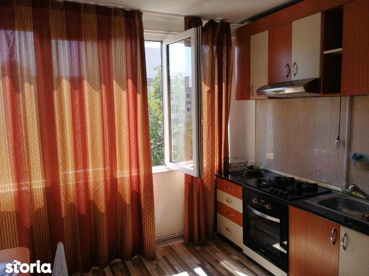 Decomandat , doua camere , etajul 3 / 4 , zona Craiovita Noua.