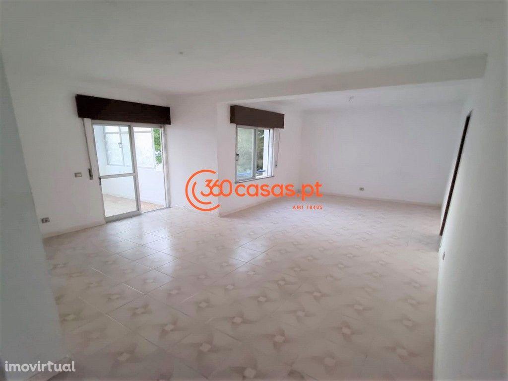 Apartamento T3 com arrecadação e terraço privativo em Olhão