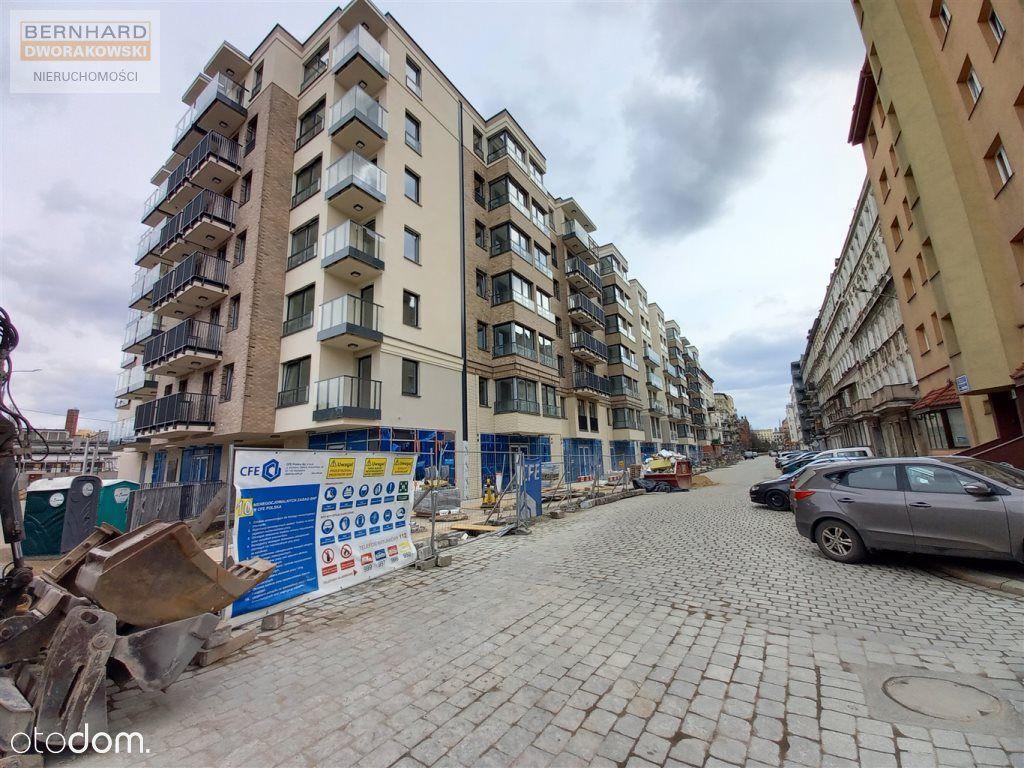 Trzy pokojowe narożne mieszkanie z dużym balkonem