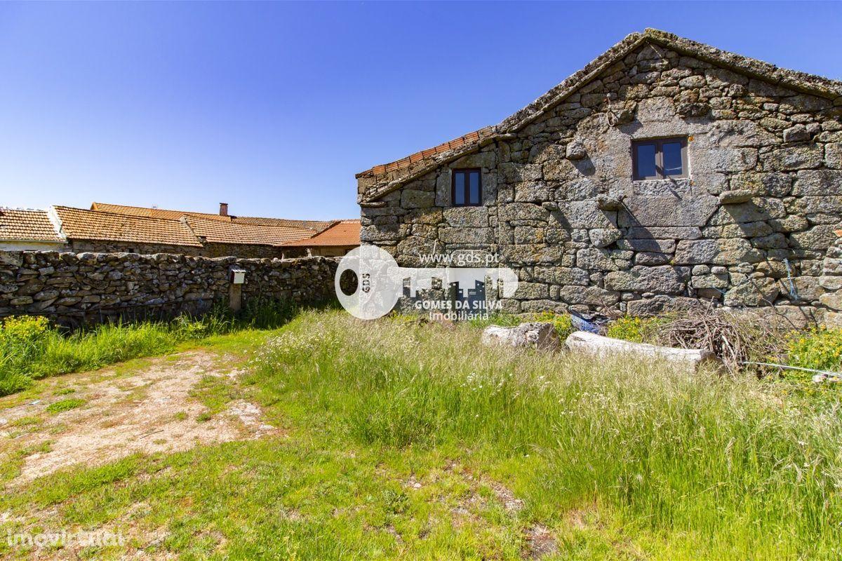 Moradia para restauro c/vista para a barragem em Vilarinho de Negrões