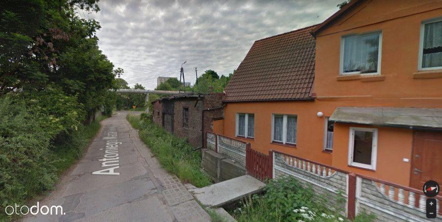Dom bliźniak, do remontu przy samej ulicy.