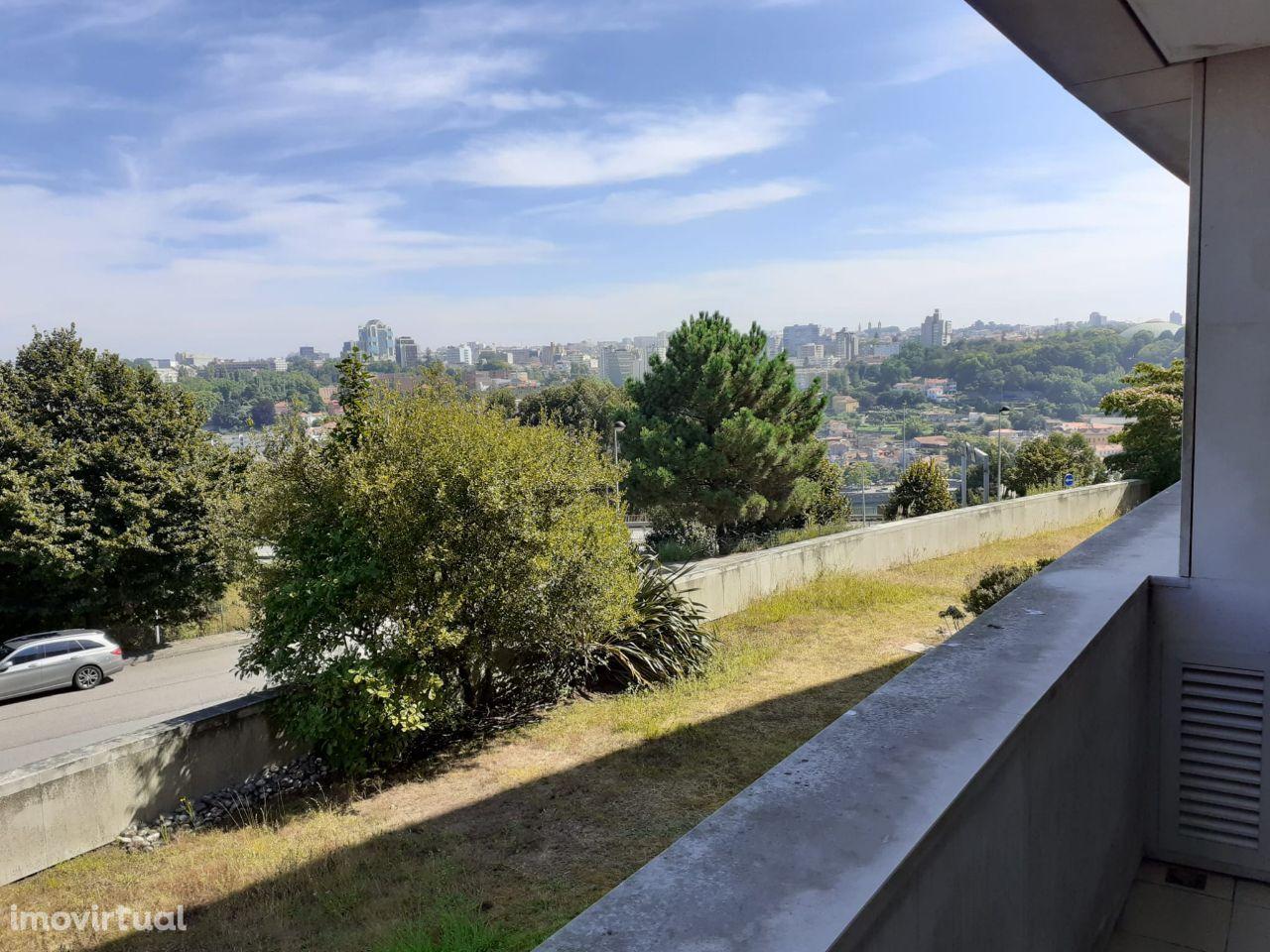 T3 ao Arrábida Shopping, c/ vistas sobre o Rio/Porto, varanda na sala