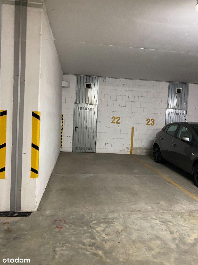 Na sprzedaż miejsce parkingowe i komórka.