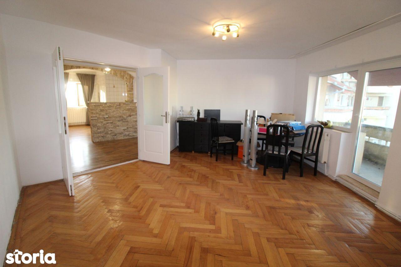 Vând apartament 3 camere în Simeria, zonă centrală, decomandat