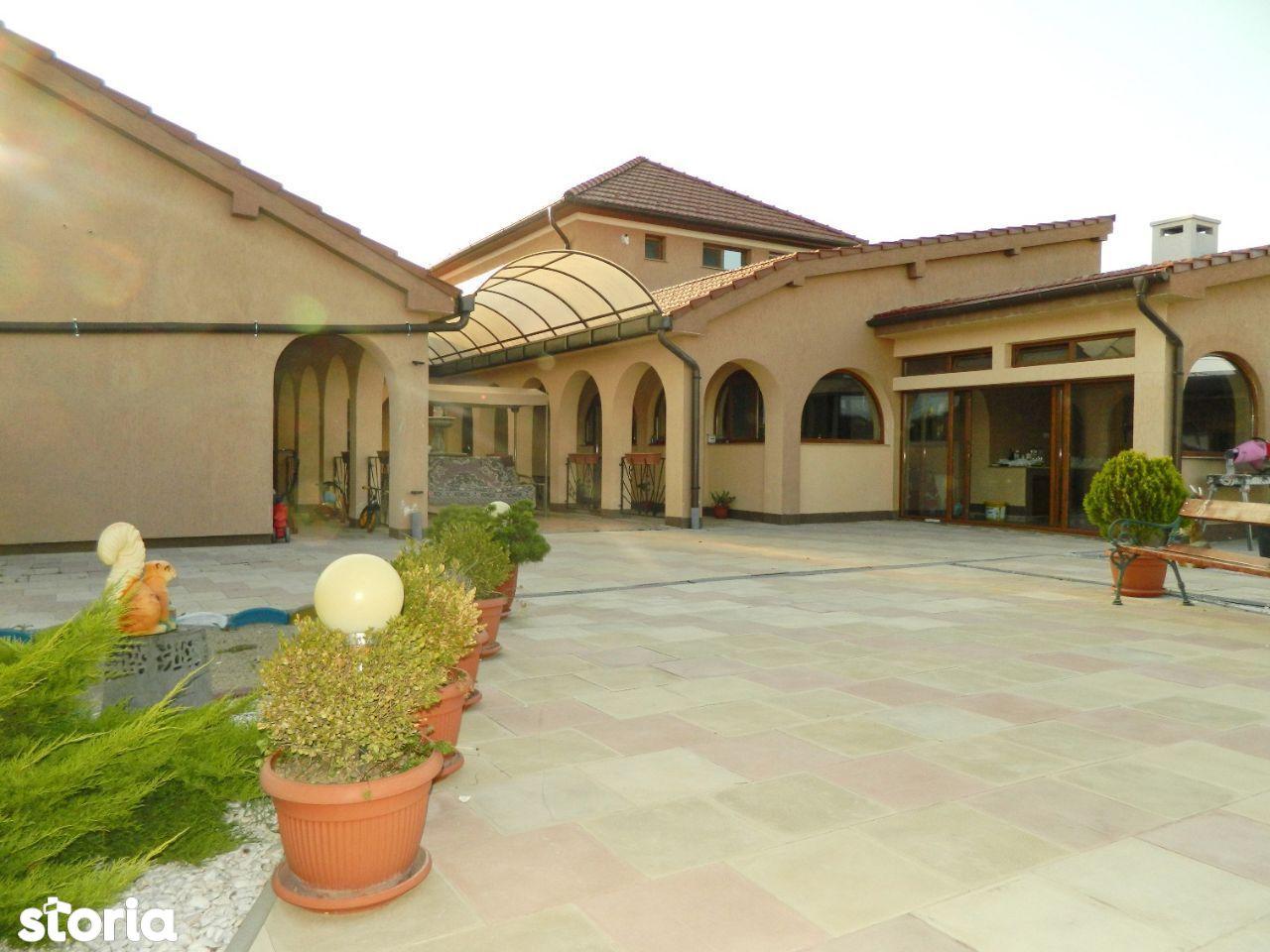 Vila impunatoare cu piscina si teren de tenis, Livada