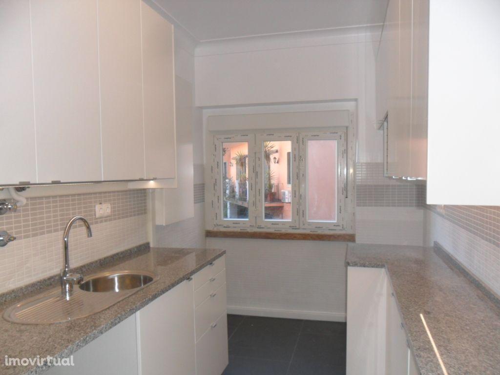 Campolide - T3 renovado, boas áreas e com cozinha equipada