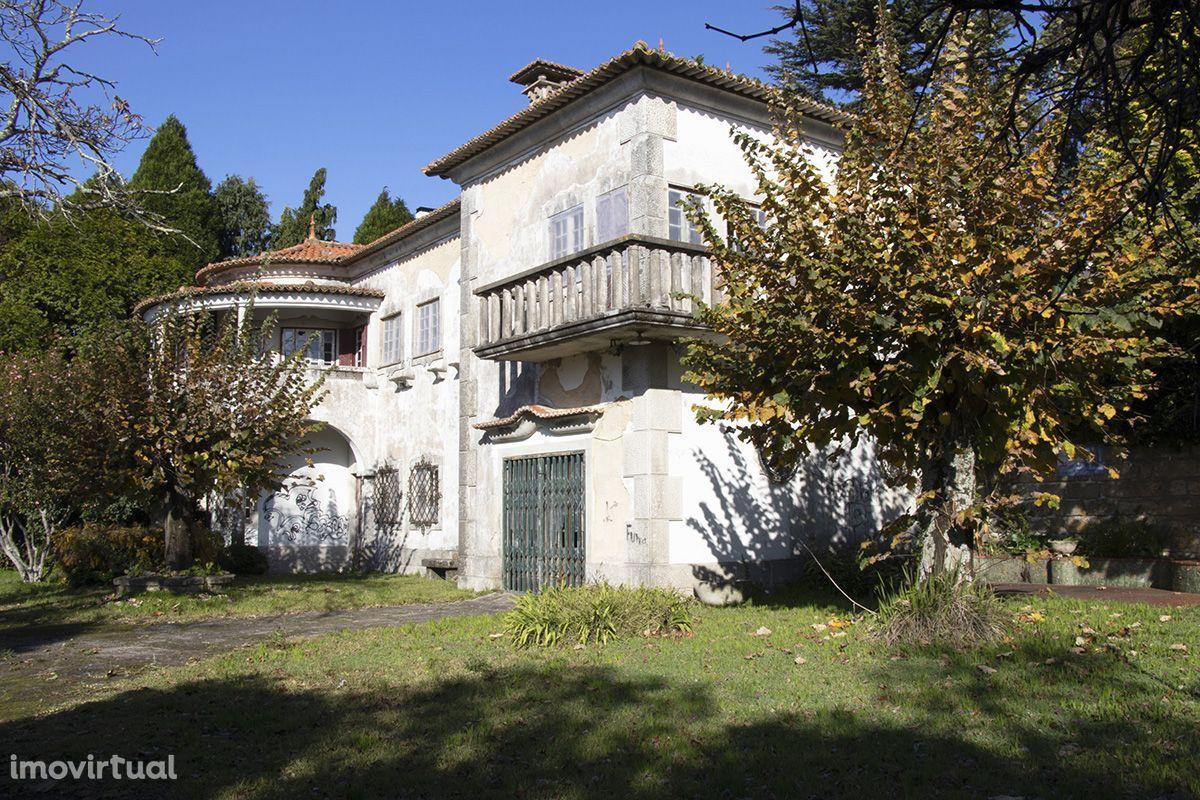 Casa senhorial com data de 1948 inserida em terreno com 1330m2 -Gaia