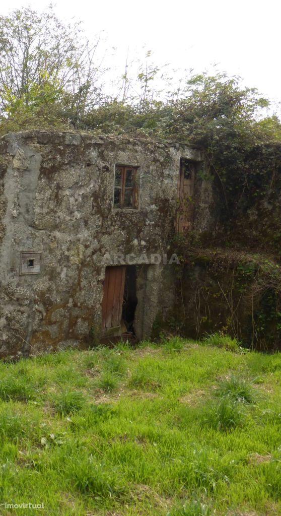 Casa em Pedra, em Ruínas com 300m² de Terreno