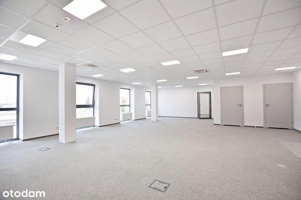 Biuro w nowoczesnym biurowcu poza centrum