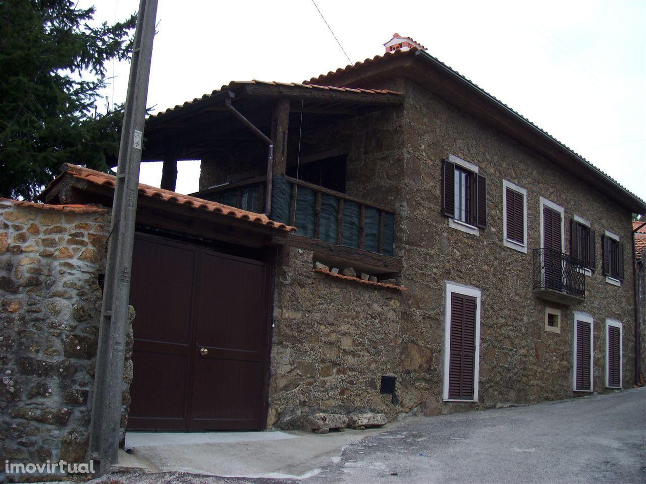 Casa rústica com 3 quartos, terraço e churrasqueira