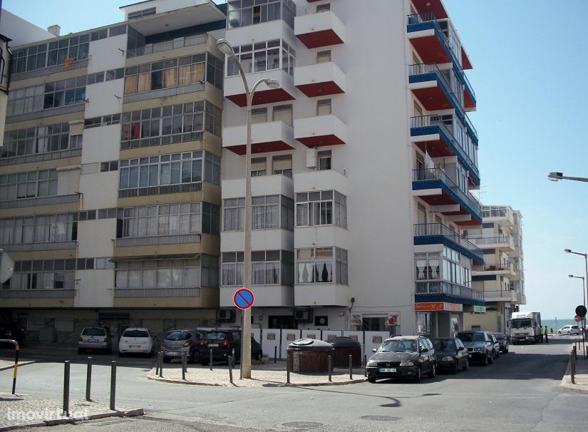 Vende-se ou arrenda-se armazém em Quarteira - V: 80.000 R: 400 €/mês