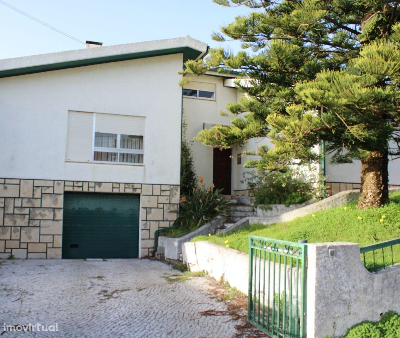 Moradia T3+3 com garagem e lote de terreno. Situada perto da Praia.