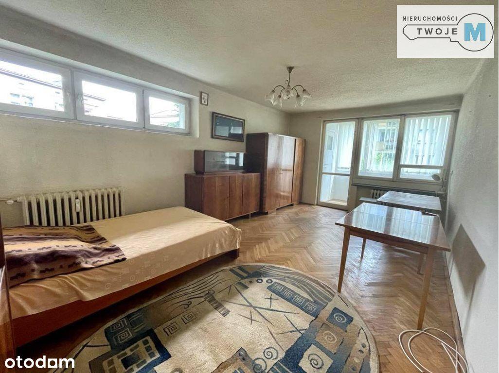 Przestronne dwa pokoje w niskim bloku.