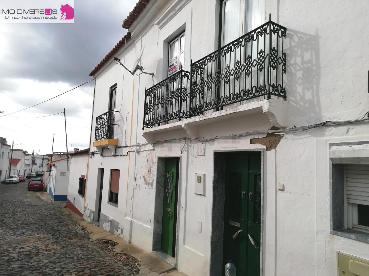 Prédio de 2 pisos com Garagem, Logradouro e Terraço