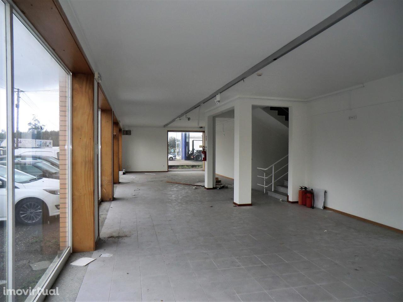 Pavilhão: loja com montra, cave e nave, Vale do Grou, Águeda