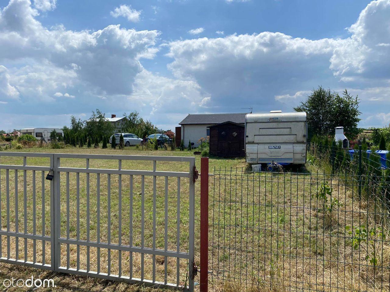 Duża działka ROD razem z przyczepą campingową.