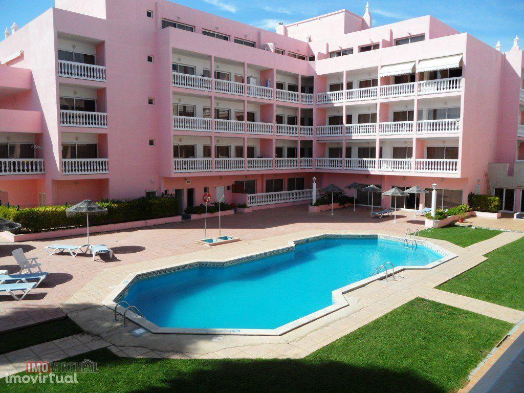 T2 c/piscina e AC em condomínio privado