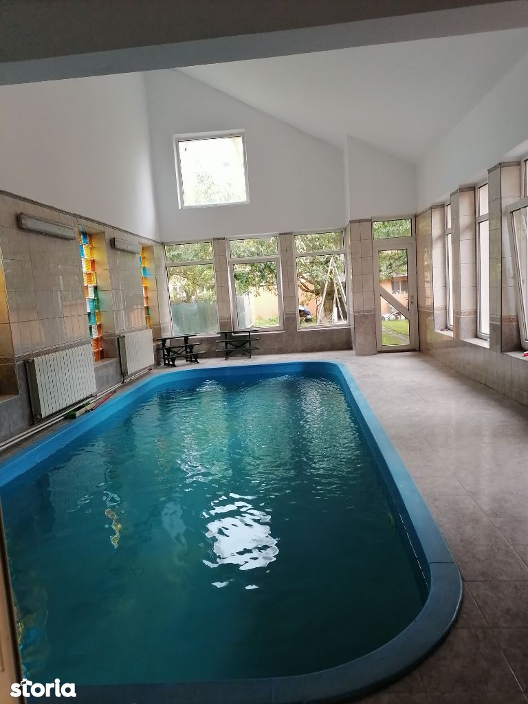 Casa de vanzare cu piscina interioara zona semicentrala