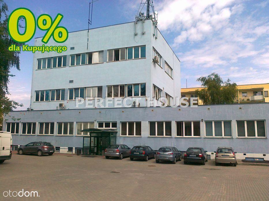 Budynek biurowy z dużym parkingiem
