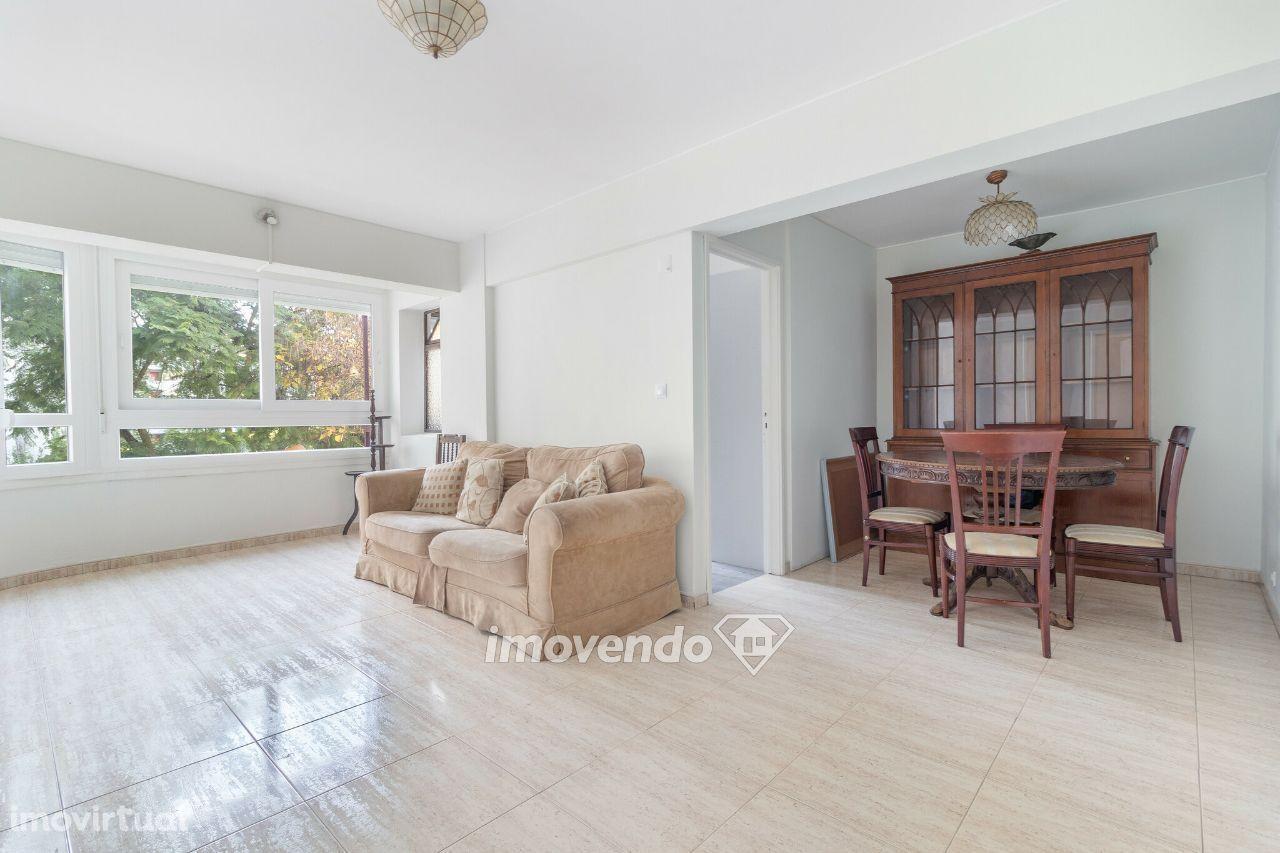 Apartamento T3 com áreas generosas e localização central, em Telheiras