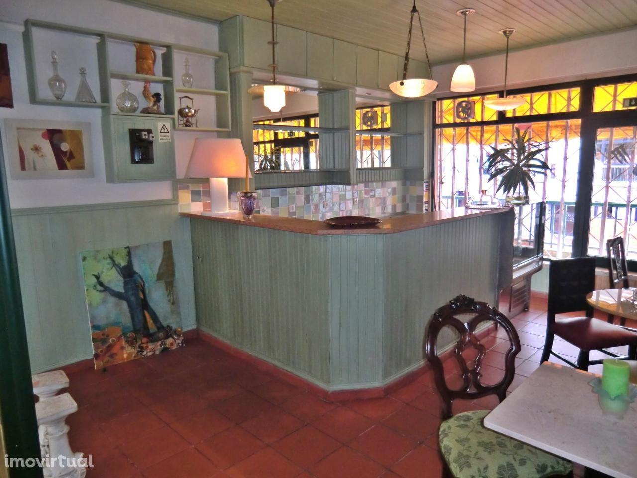 Café em Centro Comercial com duas entradas.