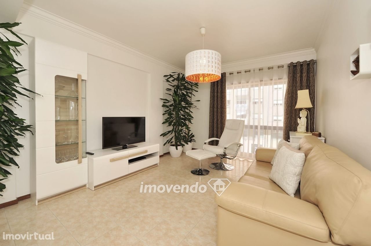Apartamento T3, com áreas amplas e arrecadação, em Rio de Mouro
