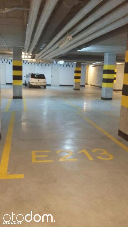 Miejsce na parkingu podziemnym blisko stacji metra