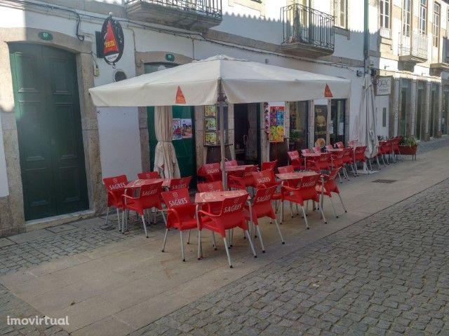 Café em pleno funcionamento - Centro da Vila