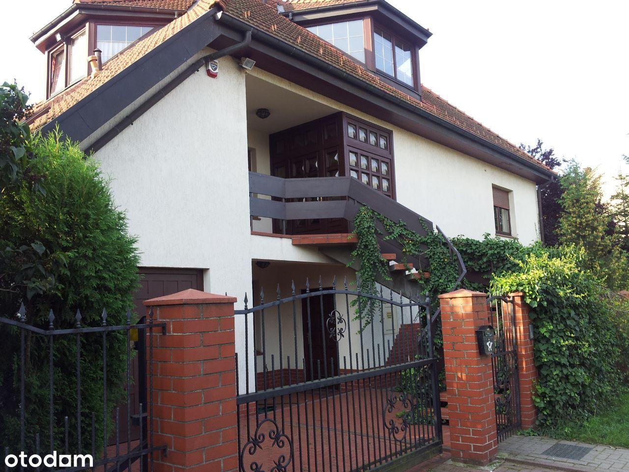 Dom we Wrocławiu, ulica Lakiernicza - Bezpośrednio