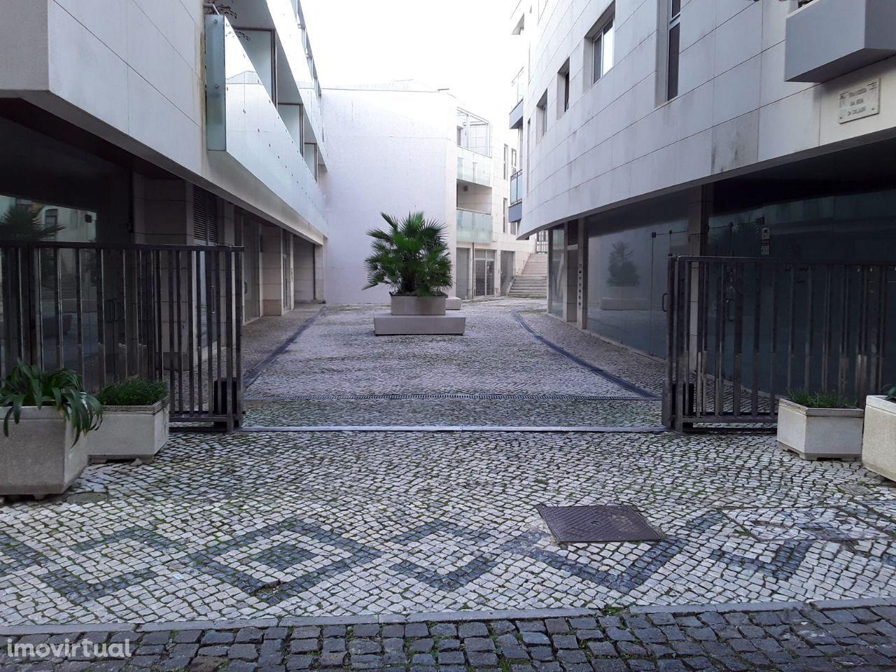 Lojas na rua lateral ao edifício do Casino da Figueira da Foz