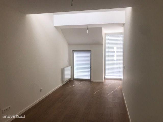 Vende-se apartamento novo Duplex T2+1, à Av. Fernão Magalhães