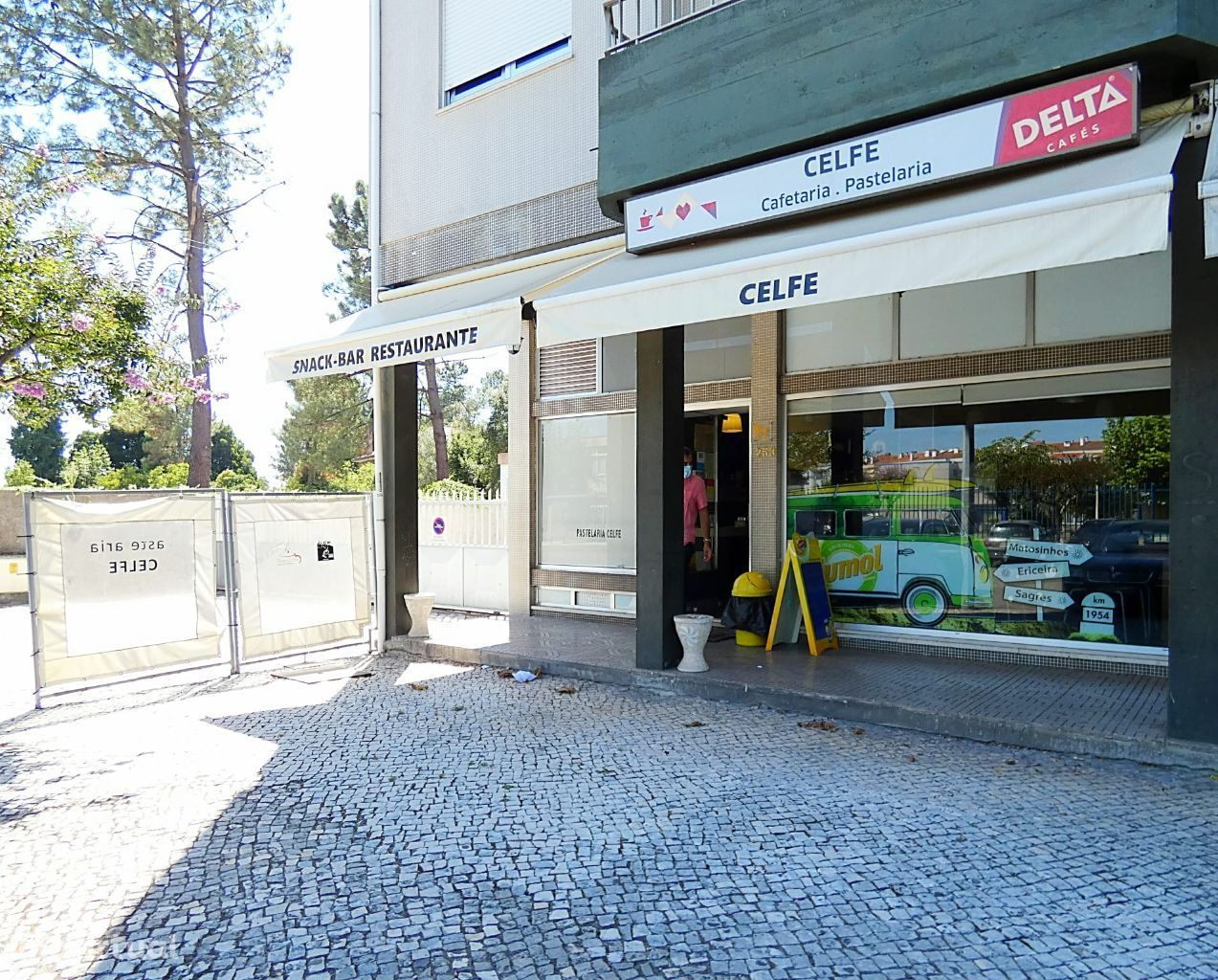 Pastelaria Celfe em frente à Escola Secundária Adolfo Portela.