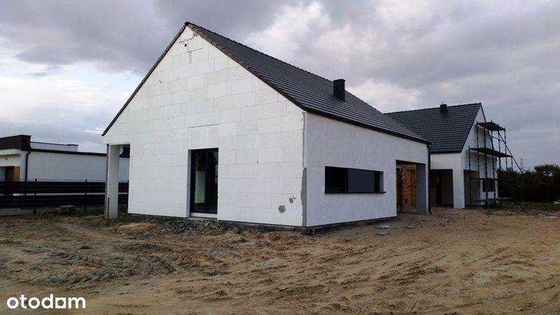 Dom parterowy z garażem, strychem i ogródkiem.