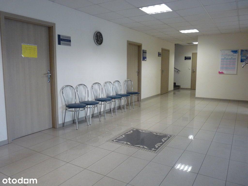 Gabinet lekarski na parterze w budynku przychodni