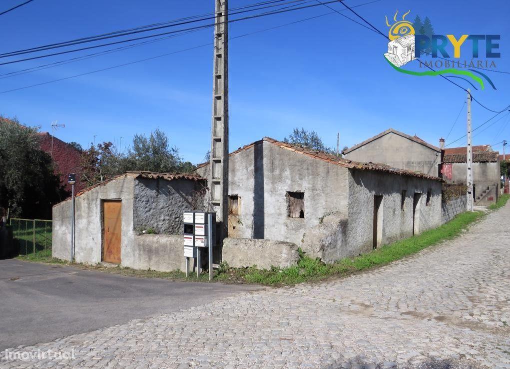 Quintinha composta por casa rústica em pedra de xisto situada em Sertã